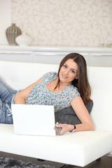 Jeune femme faisant des achats en ligne