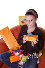 Frau im Sessel mit vielen Geschenken