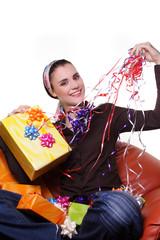 Frau packt geschenke ein