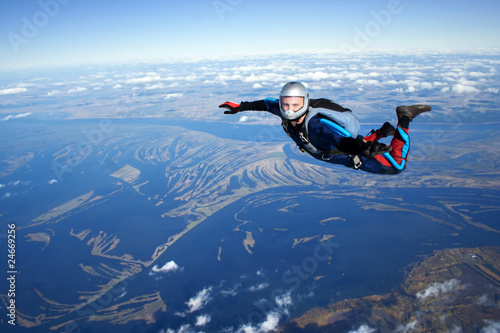 Fotobehang Luchtsport Skydiver falls through the air
