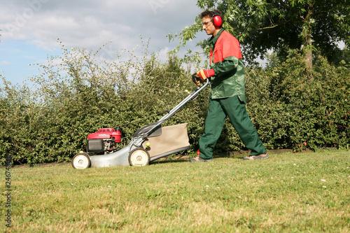 Tonte de l 39 herbe par un jardinier paysagiste photo libre for Tarif jardinier paysagiste