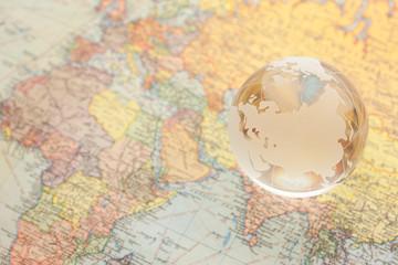 ガラスの地球儀と世界地図