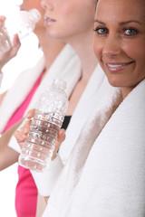 Femmes buvant de l'eau après le sport