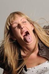 Blonde Frau streckt die Zunge raus 3