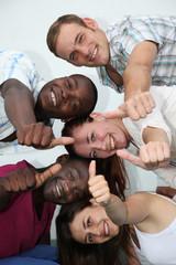 junge, fröhliche Menschen verschiedener Herkunft