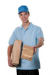 Junger Mann von Botendienst bringt Paket
