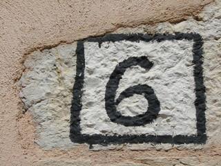 Six au mur