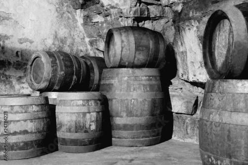 Alte Holzfässer im Kellergewölbe gestapelt - 24784228