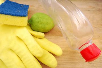 Elementi per pulire le stoviglie in cucina