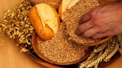 Weizenkörner und Brötchen