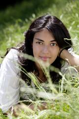 jeune fille au calme couchée sur l'herbe