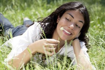 femme heureuse au repos dans un parc