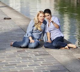 deux jeunes femme médisantes sur le bord de la Seine
