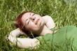 femme au repos couchée dans l'herbe verte