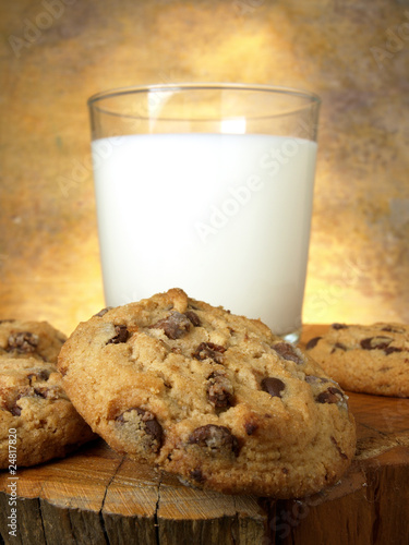 Vaso,leche, galletas y chocolate