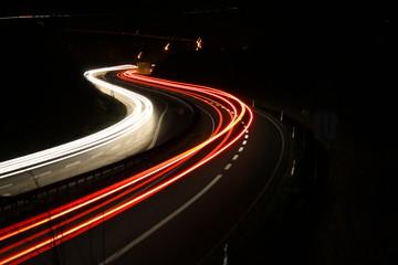 Bundesstraße bei Nacht