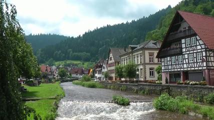 Bach mit Fachwerkhäusern