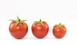 tres pequeños tomates.