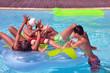 Groupe d'adolescents dans la piscine