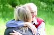 Die Umarmung: rüstiger Großvater umarmt Enkelin