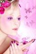 Pink Lady mit hübsche Fingernägel und Blumen Kopfschmuck 2