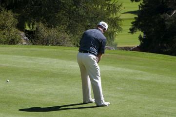 Uomo che gioca a golf