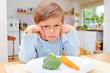 Kind mit Gemüse - 24873694