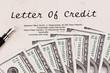 Dollar Geldscheine und englischer Kreditvertrag