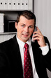 Geschäftsmann im Büro mit Telefon