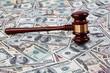 Dollar Geldscheine und Richterhammer