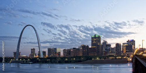 Nighttime panoramic picture of Saint Louis Gateway Arch