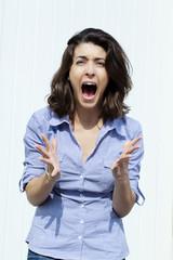 femme énervée furieuse en chemisier bleu