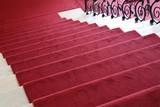 Treppenabgang aus rotem Samt
