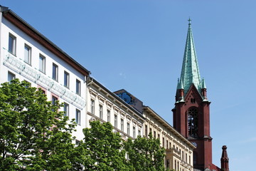 Häuserzeile mit Kirche