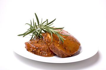 Rohes Steak mit Rosmarinzweig