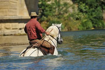 gardian traversant une rivière