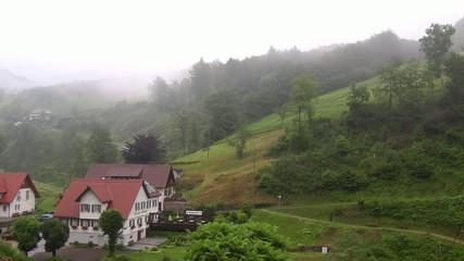 Gasthaus im Schwarwald mit Nebel