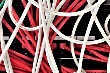 Cavi di connessione router colorati e disordinati