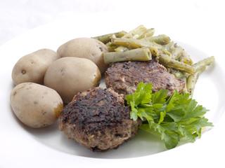 Frikadellen mit Bohnen und Pellkartoffeln