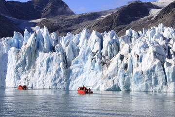 Boote vor Gletscher