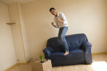 Jeune homme content d'avoir emménagé