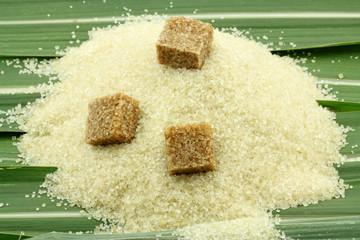 sucre de canne à sucre sur feuilles de cannes