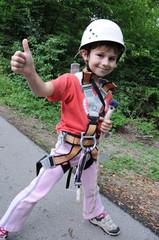 Mädchen mit Kletterausrüstung und Helm