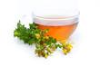 Johanniskraut (Hypericum perforatum) Tee und Pflanze mit Blüten