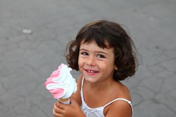 petite fille et sa glace