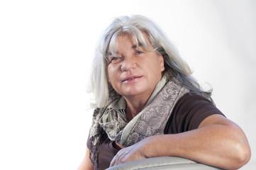 Frau mit weißen Haaren sitzend
