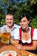 Paar im Biergarten bei Brotzeit