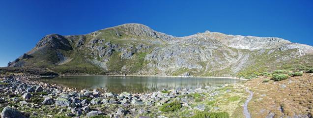 A la orilla del lago Ausente.