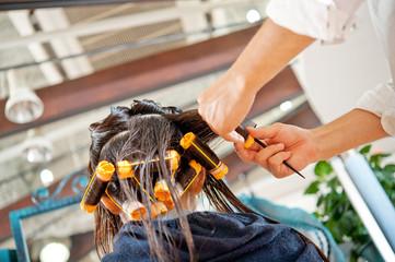 パーマをかける美容師の手