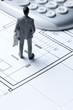 Quadro miniature d'homme plan d'architecte et calculatrice,